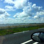 Auf dem Deich Afsluitdijk mit dem Auto in Holland