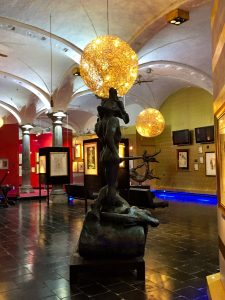 Surrealer Ausstellungsraum im Salvador Dali Museum in Brügge