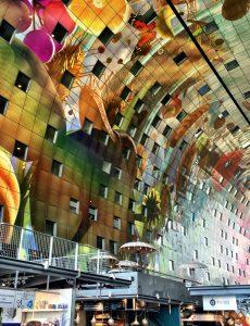 Bunt bedruckte Innenbögen der Markthalle in Rotterdam