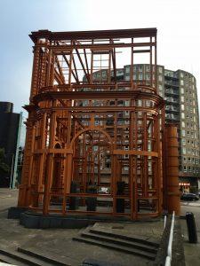 Streetart in Form eines Gerüsts in Rotterdam