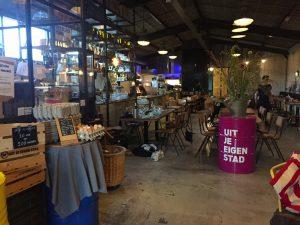 Innenraum mit offener Küche bei Uit Je Eigen Stad in Rotterdam