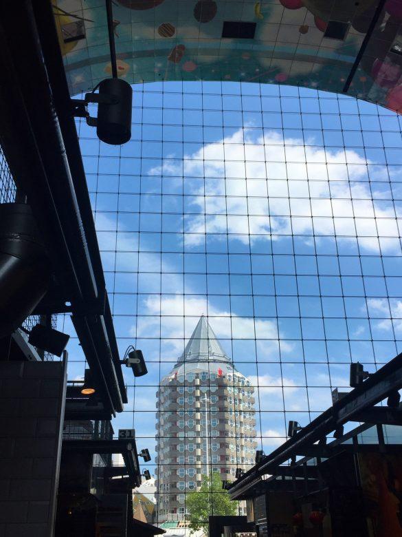 Blick aus der Markthalle auf futuristische Architektur in Rotterdam
