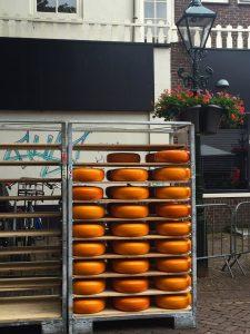 Käseragel mit Käselaiben auf dem Käsemarkt in Alkmaar