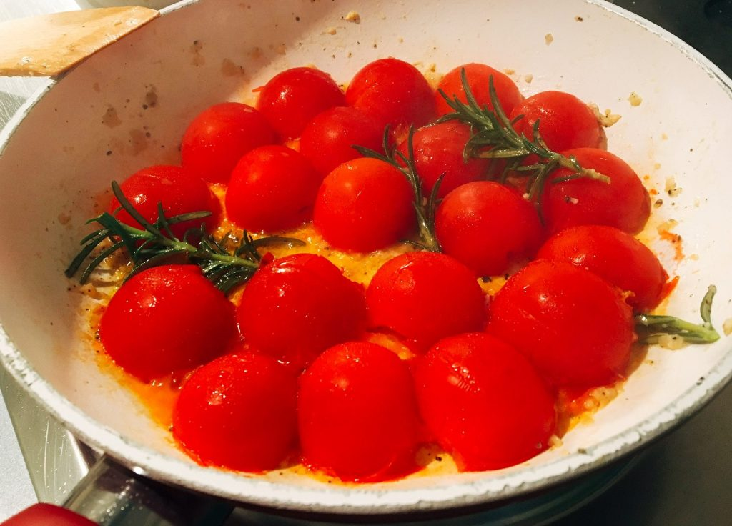 Tomatensugo für eine mediterrane Garnelenpfanne