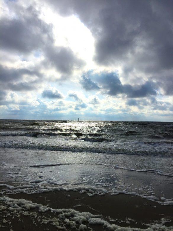 Brandung und Wolken am Strand auf Texel