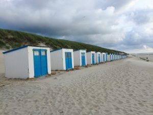 Strandhäuschen statt Strandkörbe am Strand auf Texel in HOlland