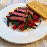 Bohnen-Tomaten-Avocado-Salat mit rosa Steakstreifen