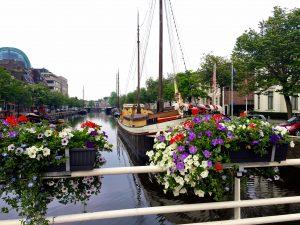 Schiffe auf dem Kanal in Leeuwarden
