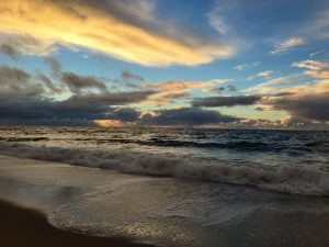 Brandung am Sylter Strand bei aufziehendem Sturm