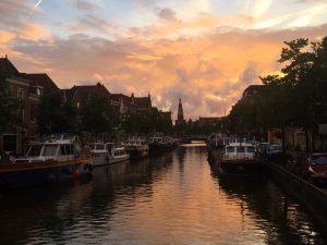Sonnenuntergang über der Gracht in Alkmaar