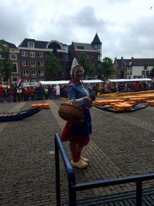 Holländische Tracht von Frau Antje auf dem Käsemarkt in Alkmaar
