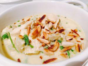 Mandel-Kokos-Suppe mit Hähnchen