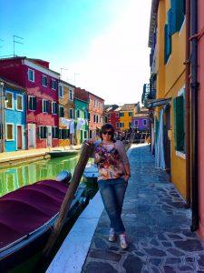 Ich am Kanal im bunten Burano in Venedig
