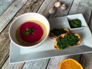 Selleriecremesuppe mit Rote Beete Espuma und Petersilien Crostini