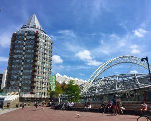 Futuristische Architektur nahe der Markthalle in Rotterdam