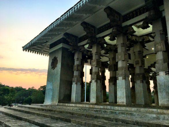 Säulenhale in Colombo bei Dämmerung