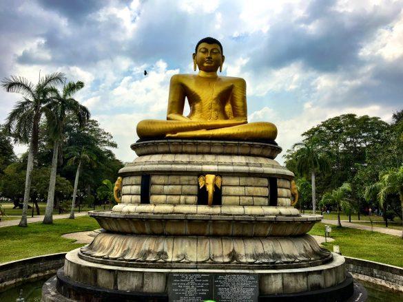Goldene Buddhastatue am Ende des größten Parks Coombos