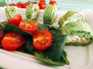 Bärlauchpfannkuchen mit Forellenmousse und einem Spinat-Tomaten-Salat
