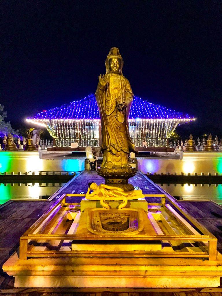 Hindu-Tempel Seema Malaka bei Nacht