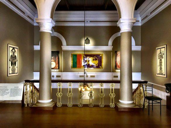 Golden-beleuchteter Ausstellungsraum im Naationalmuseum