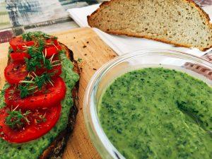 Hummus mit Bärlauch auf Brot oder als Dip