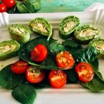 Forellenmousse im Pfannkuchenmantel mit Tomaten-Spinat-Salat