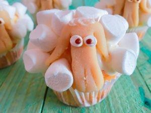 Rübli-Muffins mit Frischkäse-Frostig und Marshmallow-Wolle