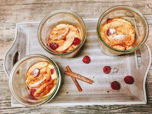 Zimtiger Quarkauflauf mit Himbeeren und Äpfeln im Glas