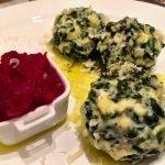 Spinat-Topfenknödel in Salbei-Butter mit Rote Beete Chutney