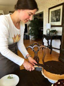 Johanna Ließmann serviert Mohntorte im Froschkönig auf Rügen