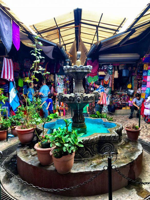 Brunnen mitten im Kunsthandwerksmarkt