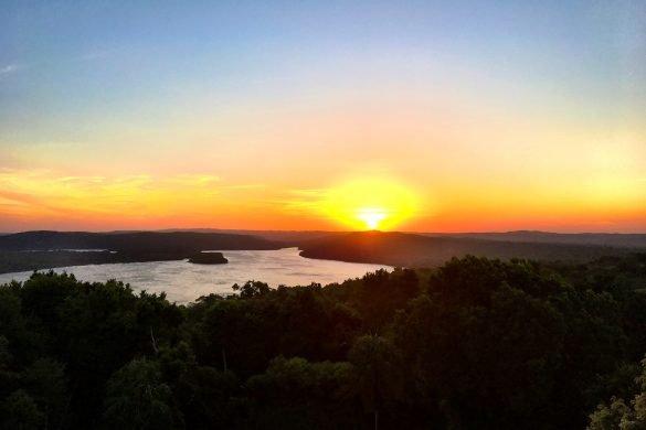 Sonnenuntergang in Yaxha über dem See