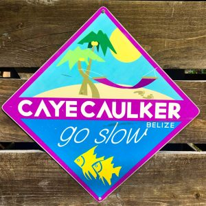 """Motto """"Go Slow"""" auf Caye Caulker"""