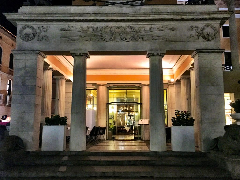 Eingang des Pedrocchi Cafés