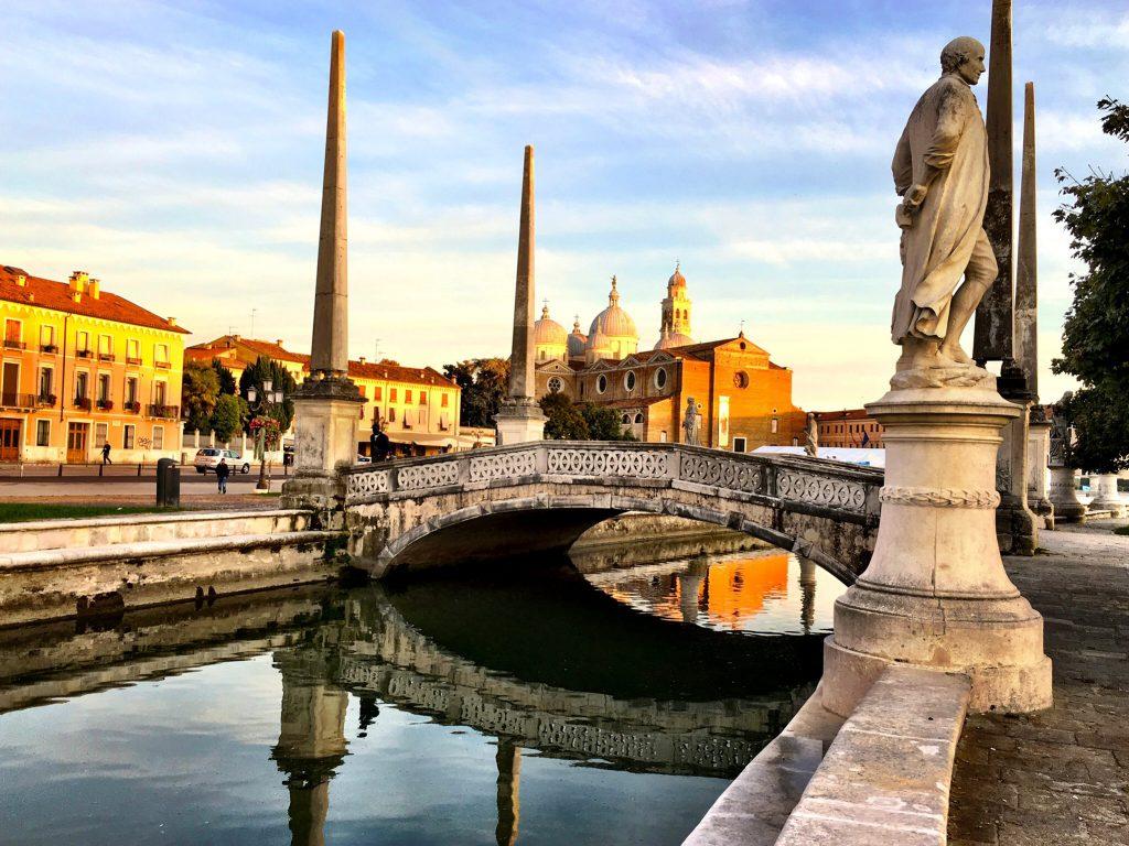 Brücke mit Steinfiguren