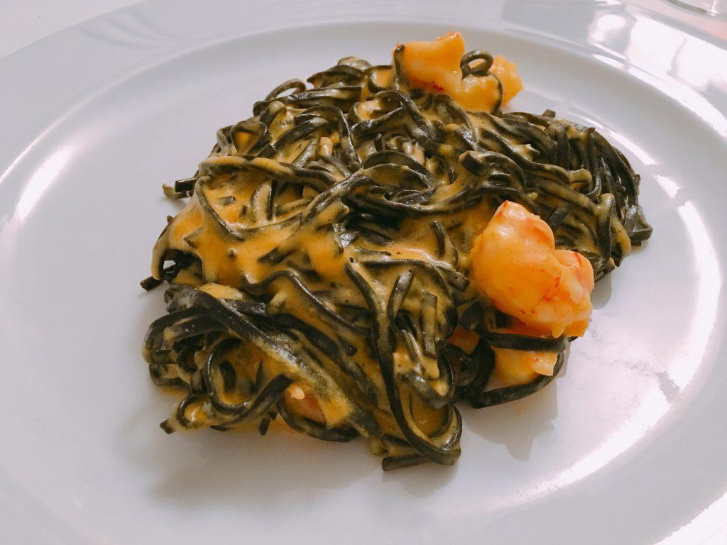 """Schwarze Pasta mit Scampi im """"Aubergine"""""""