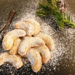 Vanillekipferl mit Vanilleschote auf Weihnachtsteller