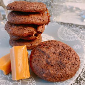 Gestapelte Brownie-Kekse mit Sahnekamamell