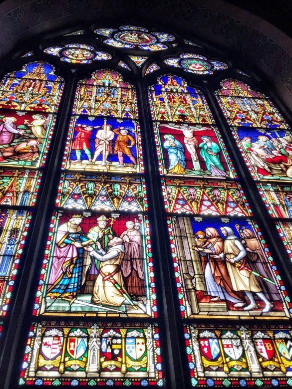 GLasmosaik in der Heilig-Blut-Basilika in Brügge