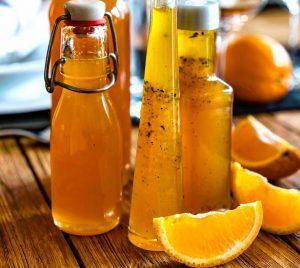 Orangensirup in verschiedenen Flaschen