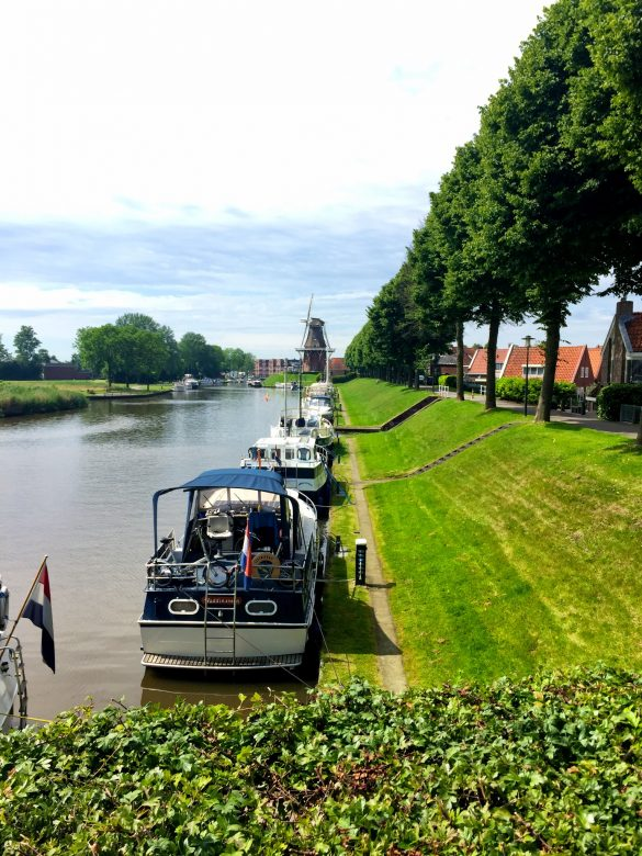 Gracht in Friesland mit Hausbooten