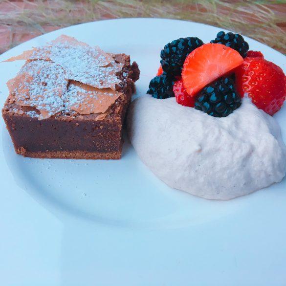 Brownie mit Mascarponecreme und Obstsalat