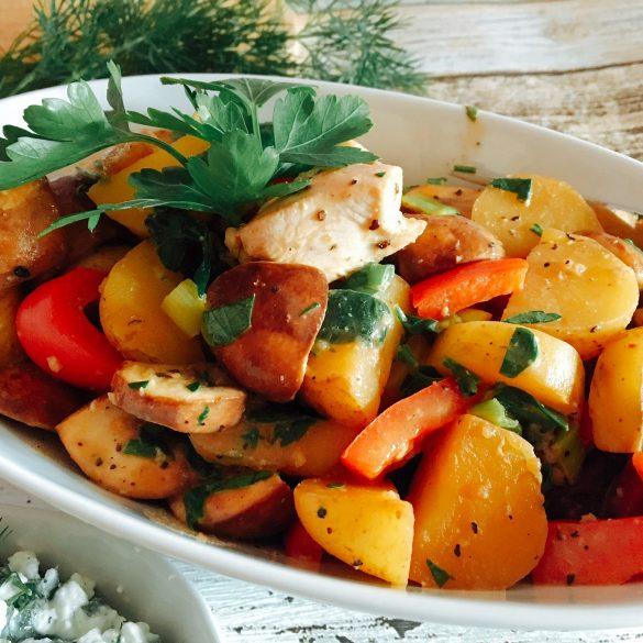 Pfanne mit Gemüse, Kartoffeln und Hähnchen