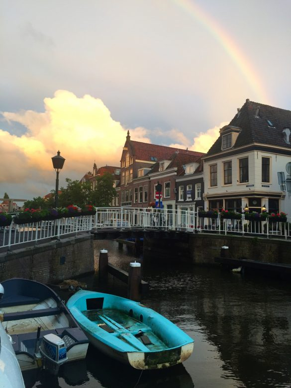 Boot vor einer Brücke in Alkmaar