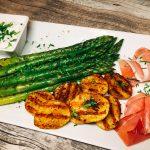 Gegrillter grüner Spargel mit Grillkartoffeln und Ziegenkäse-Kresse-Dip