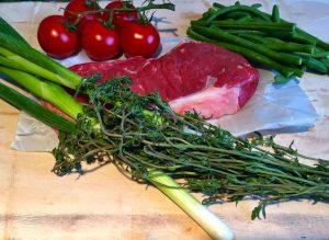 Huftsteak vom Rind mit Bohnen, Tomaten, Frühlingszwiebeln und Thymian