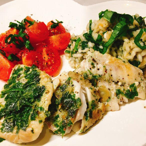 Bärlauch-Risotto mit Rotbarsch und Tomatensalat