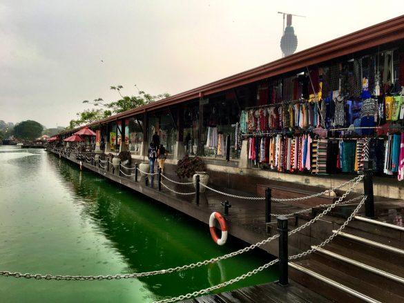 Shops im Pettah Floating Market in Colombo