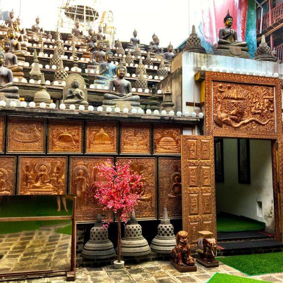 Eingang ins Innere des Gangaramaya Tempel in Sri Lanka