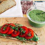 Bärlauch-Hummus auf Landbrot mit fruchtigen Tomaten